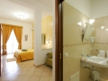 camera quadrupla piano terra con balconcino filo muro su Piazza Marinella