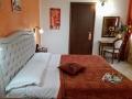 camera matrimoniale con letto aggiunto con finestra interna
